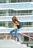 Studente di college che cammina sulla città universitaria Fotografie Stock