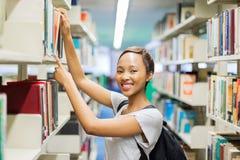 Studente di college che cerca biblioteca Immagine Stock Libera da Diritti
