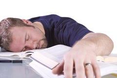 Studente di college che dorme sul suo scrittorio Fotografia Stock Libera da Diritti