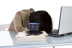 Studente di college che dorme sul suo scrittorio Immagini Stock Libere da Diritti