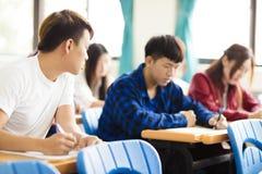 Studente di college che imbroglia durante l'esame Immagini Stock