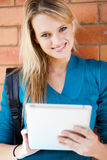 Studente di college che per mezzo del calcolatore del ridurre in pani Fotografia Stock Libera da Diritti
