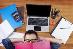 Studente di college che si rilassa sul pavimento dopo lo studio Fotografia Stock Libera da Diritti