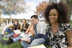 Studente di college che studia alla città universitaria Fotografie Stock