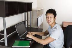 Studente di college che studia a casa Fotografia Stock Libera da Diritti