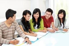 Studente di college che studia insieme fotografie stock libere da diritti