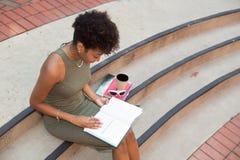 Studente di college che studia sulla città universitaria Fotografia Stock Libera da Diritti