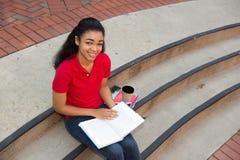 Studente di college che studia sulla città universitaria Immagini Stock