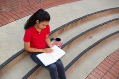 Studente di college che studia sulla città universitaria Fotografia Stock