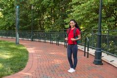Studente di college che studia sulla città universitaria Fotografie Stock Libere da Diritti