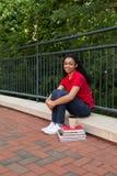 Studente di college che studia sulla città universitaria Immagine Stock Libera da Diritti