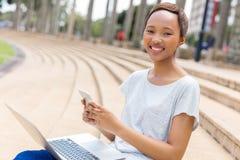Studente di college che texting Immagine Stock