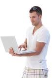 Studente di college che usando sorridere del computer portatile Immagine Stock