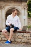 Studente di college che viaggia, studiare, lavorante al computer portatile Fotografia Stock