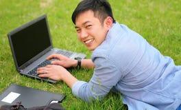 Studente di college con il computer portatile Fotografie Stock