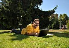 Studente di college con il suo computer Fotografia Stock