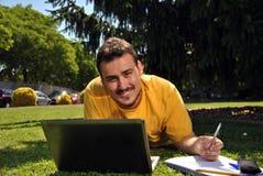 Studente di college con il suo computer Fotografia Stock Libera da Diritti
