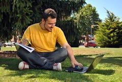 Studente di college con il suo computer Fotografie Stock