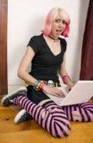 Studente di college con un computer portatile Immagini Stock Libere da Diritti