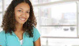 Studente di college dell'afroamericano sulla città universitaria fotografia stock libera da diritti