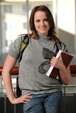 Studente di college della giovane donna che tiene un libro Immagine Stock Libera da Diritti