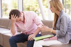 Studente di college depresso Talking To Counselor Immagine Stock Libera da Diritti
