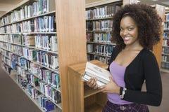 Studente di college femminile alla biblioteca Immagini Stock Libere da Diritti