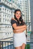 Studente di college femminile americano felice che fa una pausa ufficio d'annata Fotografie Stock