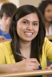 Studente di college femminile che ascolta una conferenza Immagini Stock