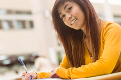 Studente di college femminile che fa lavoro Fotografie Stock