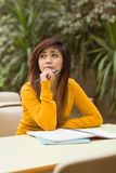 Studente di college femminile che fa lavoro Immagini Stock