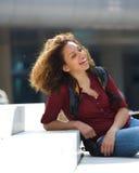 Studente di college femminile che si siede fuori Fotografia Stock