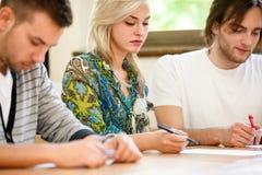 Studente di college femminile che si siede in un'aula Fotografia Stock Libera da Diritti