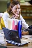 Studente di college femminile che studia nella libreria di banco Immagini Stock