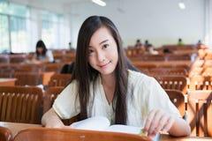 Studente di college femminile cinese Immagini Stock Libere da Diritti
