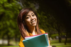 Studente di college femminile con i libri in parco Immagini Stock Libere da Diritti