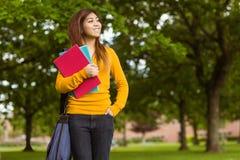 Studente di college femminile con i libri in parco Immagine Stock Libera da Diritti