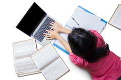 Studente di college femminile Doing il suo compito Fotografie Stock