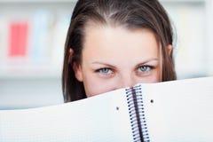 Studente di college femminile grazioso nella libreria Fotografia Stock
