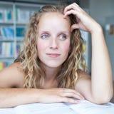 Studente di college femminile in una libreria Fotografie Stock