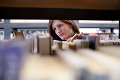 Studente di college femminile in una libreria Immagine Stock Libera da Diritti