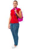 Studente di college grazioso che porta zaino rosa Immagine Stock Libera da Diritti