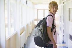 Studente di college maschio che si leva in piedi nell'università Fotografia Stock Libera da Diritti