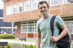 Studente di college maschio sulla città universitaria Immagini Stock