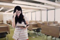 Studente di college nella sala di lettura Immagini Stock Libere da Diritti