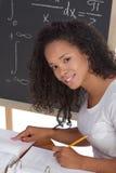 Studente di college nero etnico che studia l'esame di per la matematica Fotografie Stock