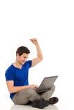 Studente di college soddisfatto con il computer portatile. Fotografie Stock