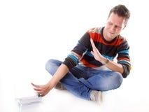 Studente di college stanco con la pila di libri isolati Immagini Stock
