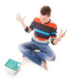 Studente di college stanco con la pila di studio dei libri Fotografia Stock