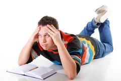 Studente di college stanco dopo duro lavoro per esame Fotografia Stock Libera da Diritti